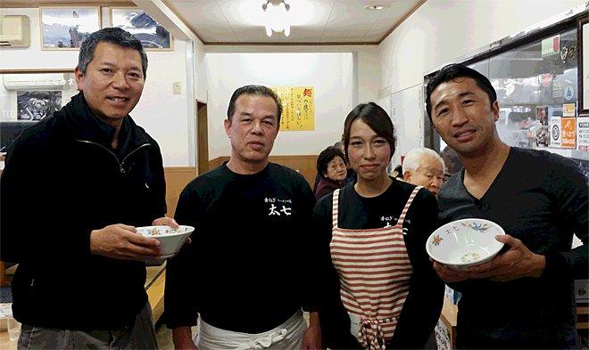 テレビ東京「ラーメン食べまくり旅」パンチ佐藤さん、内藤大助さんとの記念写真